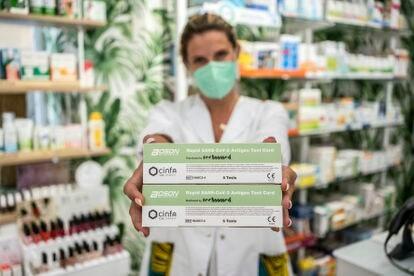 Una farmacéutica muestra los test de autodiagnóstico de la covid que se empiezan a vender en farmacias sin receta, este miércoles en Madrid.
