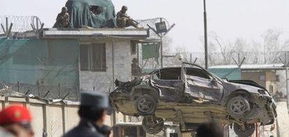 La policía afgana retira un coche tras la explosión en Kabul.