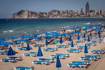 Playa de Benidorm con la zona de tumbonas casi vacía, el pasado mes de julio.