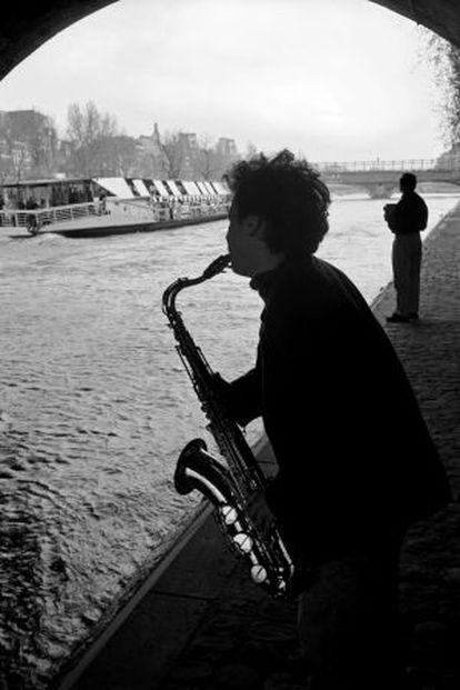 Un músico en la orilla del Sena.