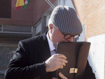 El comisario Villarejo abandona, en febrero de 2016, los Juzgados de Estepona (Málaga) tras declarar por el ático de Ignacio González