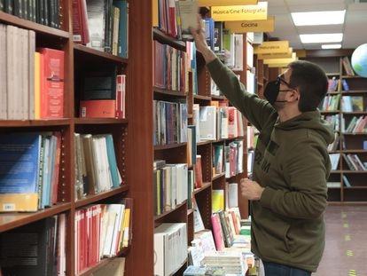 Un empleado en una librería de Logroño, La Rioja, el 22 de febrero.