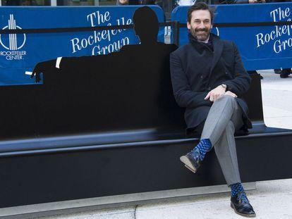 Jon Hamm, en el banco dedicado a 'Mad Men' con la icónica silueta de Don Draper.