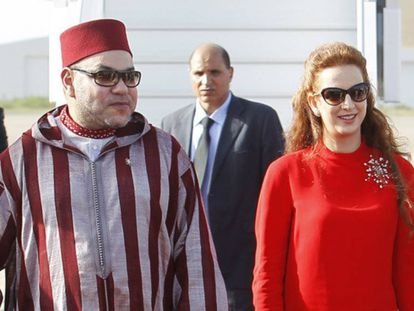 Lala Salma y Mohamed VI, en el aeropuerto de Rabat en julio de 2014.