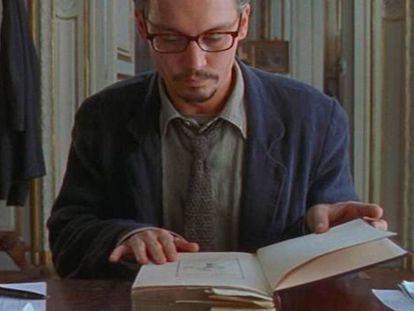 """Ya lo decía filósofo Henry David Thoreau: """"Lee los buenos libros primero; lo más seguro es que no alcances a leerlos todos"""". En la imagen, Johnny Depp leyendo en 'La novena puerta' (1999)."""