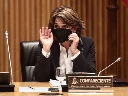 La Fiscal General del Estado, Dolores Delgado, saluda a su llegada a una Comisión de Justicia celebrada en el Congreso de los Diputados, en Madrid, el pasado martes.