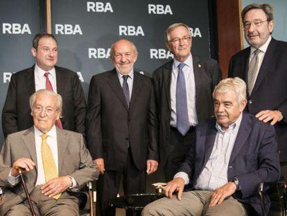 Oriol Bohigas, sentado a la izquierda, acompañado de los alcaldes Jordi Hereu, Xavier Trias y Narcís Serra y Pasqual Maragall y el editor de RBA Ricardo Rodrigo, durante la presentación de su libro de memorias.