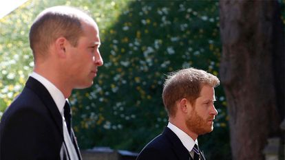 Los príncipes Guillermo y Enrique, en el funeral de su abuelo, Felipe de Edimburgo, en el castillo de Windsor el 17 de abril de 2021.