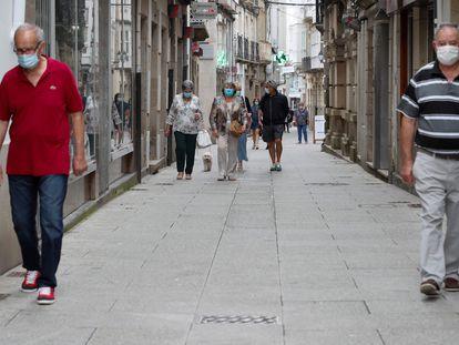 Varias personas pasean por las calles de localidad de Viveiro, en la comarca de A Mariña (Lugo), este domingo.
