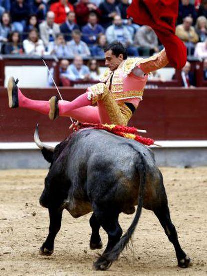 Paco Ureña, cogido por su primer toro.