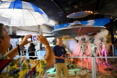 Un grupo de visitantes en el museo dedicado a los ovnis en Roswell, Nuevo México, el 2 de julio.