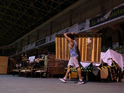Imagen de uno de los vecinos evacuados guardando sus enseres en el polideportivo de Tazacorte.