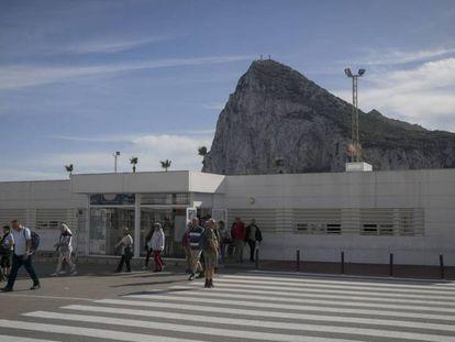 Un grupo de personas tras cruzar la aduana del paso con Gibraltar, el pasado sábado, en La Línea de la Concepción.