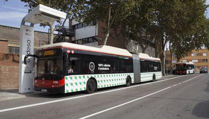 """Un autobús eléctrico frente al cargador """"ultrarápido"""" de Barcelona."""