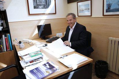 El candidato socialista al Ayuntamiento de Madrid, Antonio Miguel Carmona, aprovecha la jornada de reflexión para corregir de exámenes de sus alumnos.