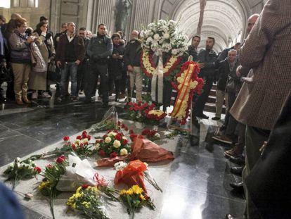 La tumba del dictador Francisco Franco en el Valle de los Caídos, en el 43º aniversario de su muerte. En vídeo, declaraciones de la vicepresidenta del Gobierno.