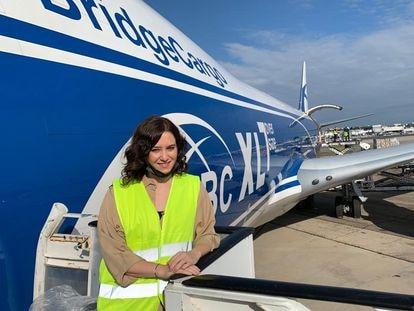 Isabel Díaz Ayuso, en Barajas junto al avión con material sanitario que llegó este domingo a Madrid.
