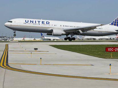 Un vuelo de United Airlines aterrizando en Chigago