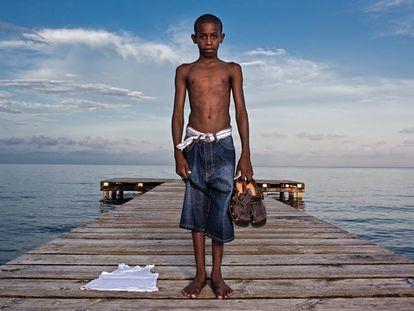 """Tyrel Arzu, el niño garifuna de Belice. Tiene 13 años y tres hermanos. Su padre murió y su madre, Jerome, los mantiene a duras penas. Tyrel estudia poco y mal; su sueño es poder ir un día hasta ese lugar """"llamado California""""."""