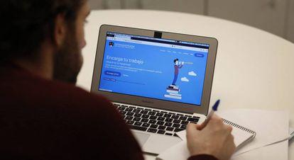 Una persona accede a la página nohagasnada.com.