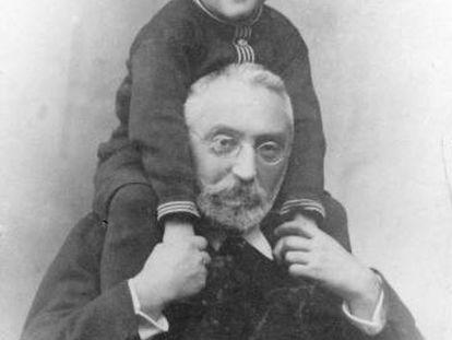 Retrato del escritor y filósofo vasco Miguel de Unamuno con su hijo Ramón, en Salamanca hacia 1915.
