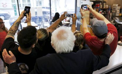 Selfie colectivo con Bernie Sanders.