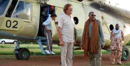 Roque Pascual, en primer plano, y Albert Vilalta (descendiendo con muletas del helicóptero), a su llegada a Uagadugú, junto al mediador Mustafa Imam Shafi.
