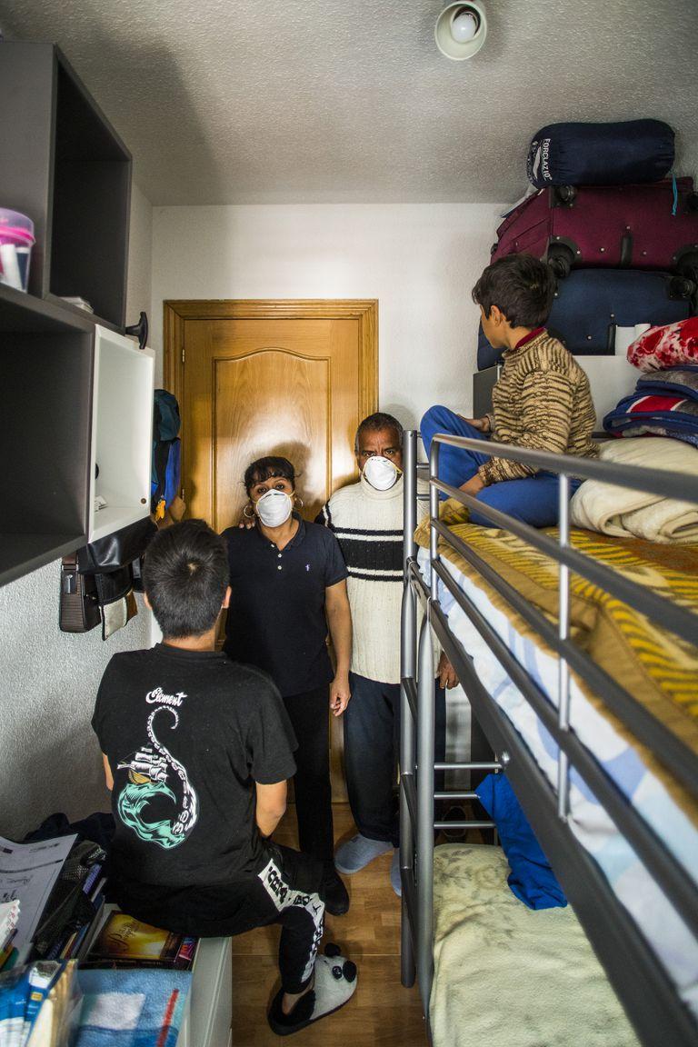 Habitación en la que viven los peruanos Álex Casal y Carmen Rosa García, con sus dos hijos, en Alcobendas.