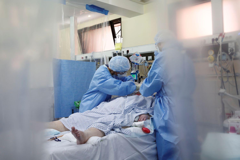 Profesionales sanitarios atienden este miércoles a un paciente con coronavirus en un hospital de Levallois-Perret, cerca de París.