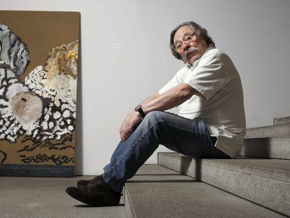 El diseñador y pintor Alberto Corazón, en entrevista en su estudio-vivienda de Madrid, en 2014.