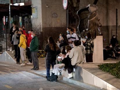 Vecinos de Granada en la avenida de la Constitución, en el centro de la ciudad, en la madrugada de este martes.