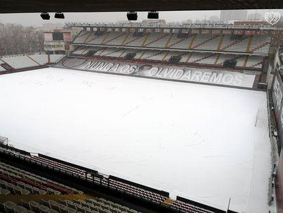 El estadio de Vallecas cubierto por la nieve del temporal Filomena.