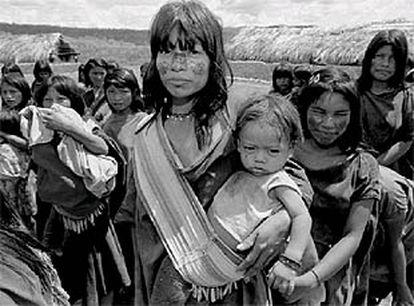 Una india ashaninka, en un campo de refugiados en una base militar de la selva peruana.