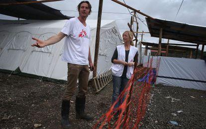 Lindis Hurum junto a Brett Adamson, de Médicos sin Fronteras.