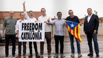 Jordi Sánchez ( tercero desde la derecha) junto con el resto de los políticos presos tras salir de la cárcel al ser indultados.