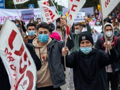 Estudiantes se manifiestan frente a la Universidad Europea de Madrid, el pasado viernes.