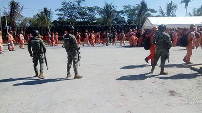 Enfrentamiento entre policías y manifestantes de la empresa ICA, este miércoles en el complejo Dos Bocas.