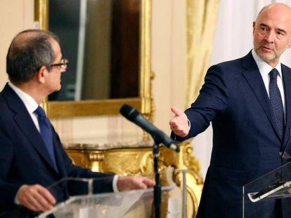 El comisario europeo de Economía, Pierre Moscovici (derecha), y el ministro de Economía italiano, Giovanni Tria, este jueves en Roma.