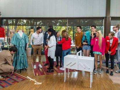 El grupo de concursantes de Maestros de la costura en el 'Museo del Traje'. En vídeo, el tráiler del programa.