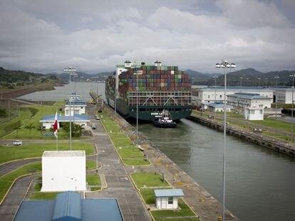 Un portacontenedores atraviesa el Canal de Panamá.