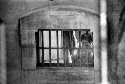 El preso Javier de la Rosa come un bocadillo en su celda, en 1994.