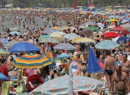Una playa del Levante atestada de gente en pleno verano, algo que no todos podrán disfrutar