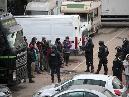 Desalojo de los Mossos d'Esquadra de la 'rave' ilegal en Llinars del Valles.
