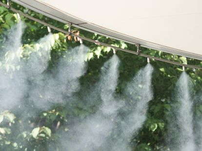 Elegimos este nebulizador que dispensa vapor de agua mientras te relajas en la hamaca del jardín o de la terraza este verano.