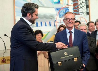 Màxim Huerta, a la izquierda, hace el traspaso de cartera a su sucesor José Guirao, como ministro de Cultura y Deportes este jueves.