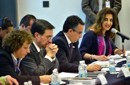 María Elena Pérez-Jaén Zermeño (derecha), en una reunión del Instituto Federal de Acceso a la Información en 2012.