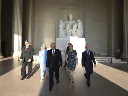 López Obrador y su comitiva en el monumento a Abraham Lincoln, en Washington.