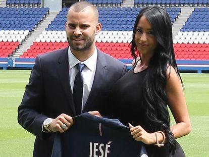 Jesé Rodríguez y Aurah Ruiz, en la presentación del futbolista en el PSG en París en 2016.