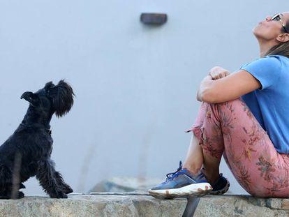 La escritora y exbaloncestista, Amaya Valdemoro, junto a su perro Trece en un parque de Alcobendas este martes.