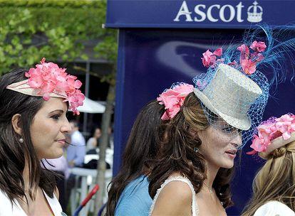 Aunque la jornada inaugural permite a las damas lucir sus mejores sombreros, es el segundo día de Ascot cuando se ven pasear por las praderas los modelos más espectaculares.